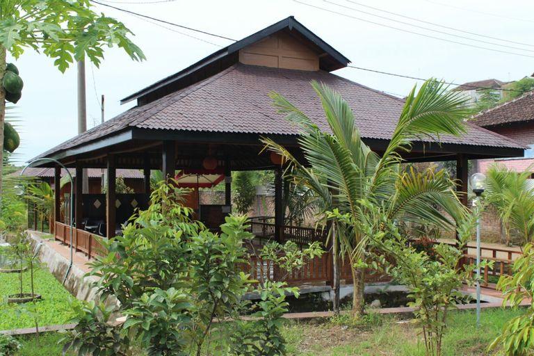 Rumah Kayu Pinggir Kali, Pasuruan