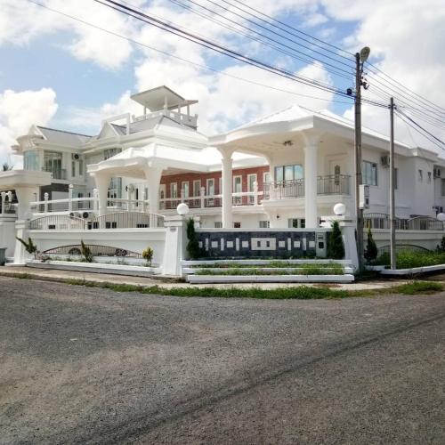 THE WHITE HOUSE, Semporna