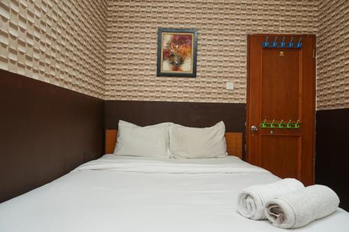 Relax and Cozy 1BR Mediterania Gajah Mada Apartment By Travelio, Jakarta Barat