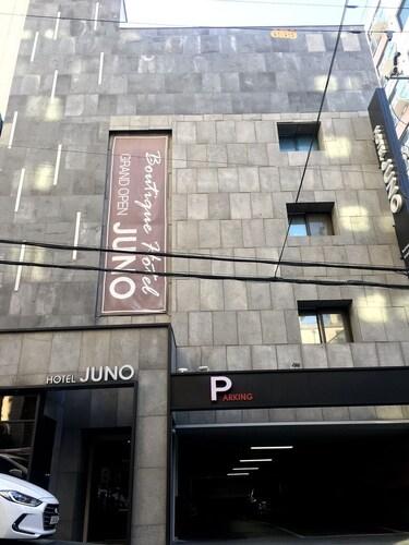 Hotel Juno, Nam