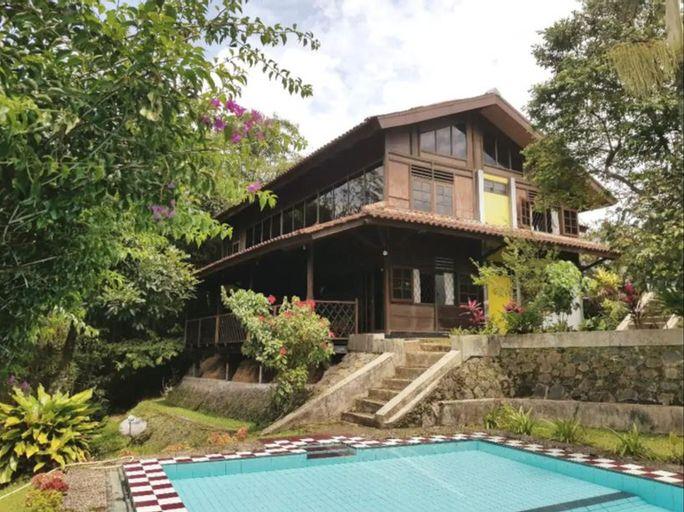 Exotic Wooden Villa Aditree at Cisarua Puncak, Bogor
