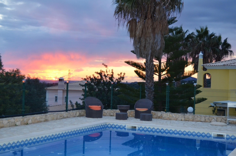 Studio in Estói, With Wonderful sea View, Shared Pool, Enclosed Garden - 9 km From the Beach, Faro