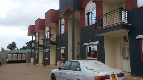 Tripplex Hotel, Ayivu