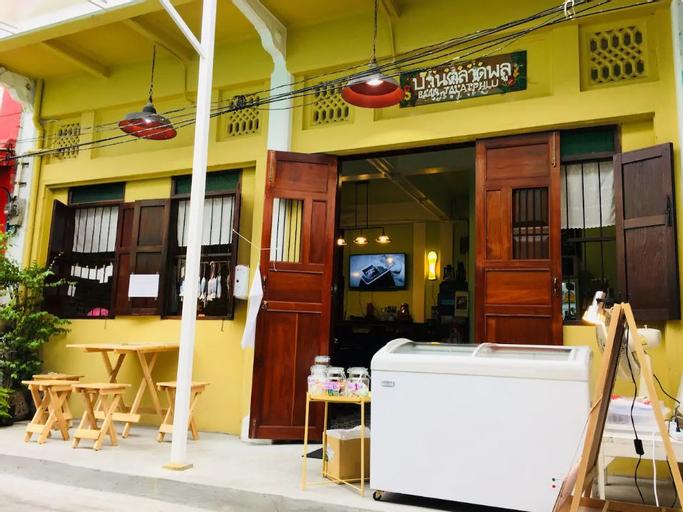 """Family room in old Chinatown """"TALAT PHLU"""" Thonburi, Thon Buri"""