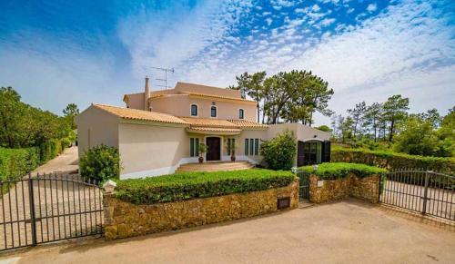 Almancil Villa Sleeps 8 with Pool Air Con and WiFi, Loulé
