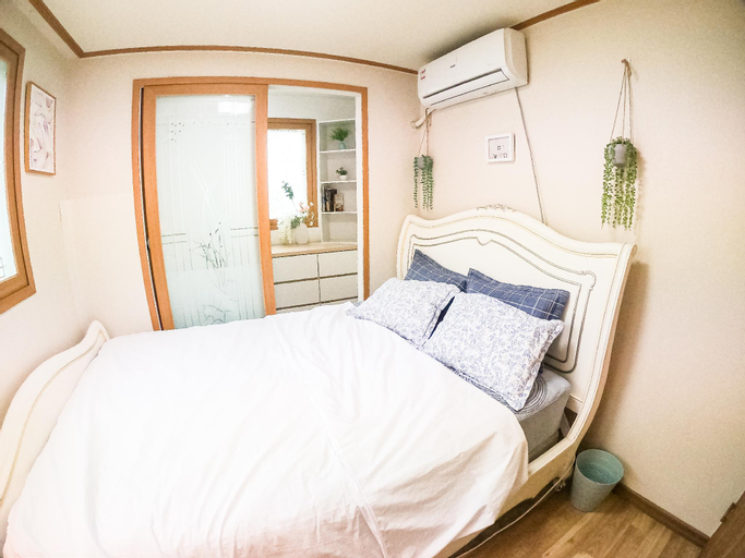 COOPIE HOUSE #2 (2 Rooms+1 King+1 Queen+Sofa bed), Dongjak