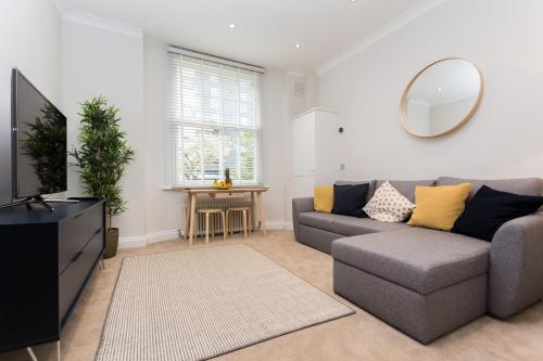 Caledonian Bright One-Bedroom Apartment with Private Decked Garden, London