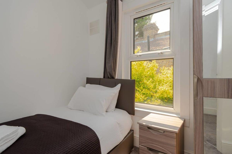 Large and Bright 2BR in East London, London