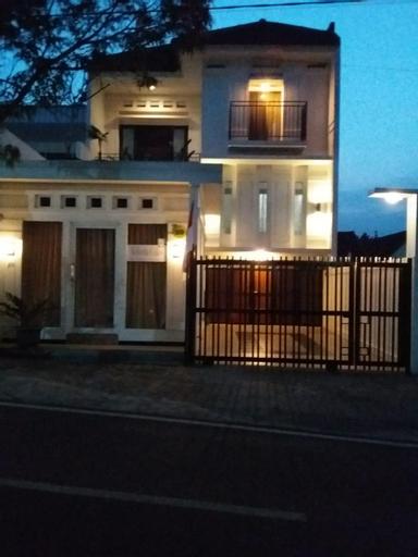4 Bedroom, Whitehouse Family Villa, Center of Batu, Malang