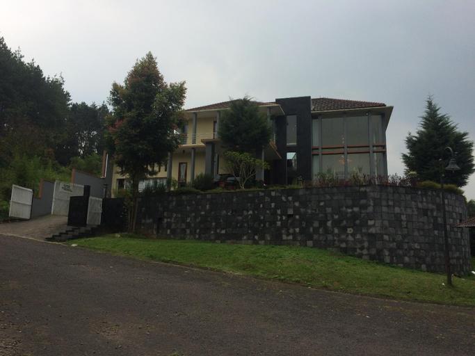 Luxury Villa DELVA (Kampung Daun) 4Kamar 16pax, Bandung